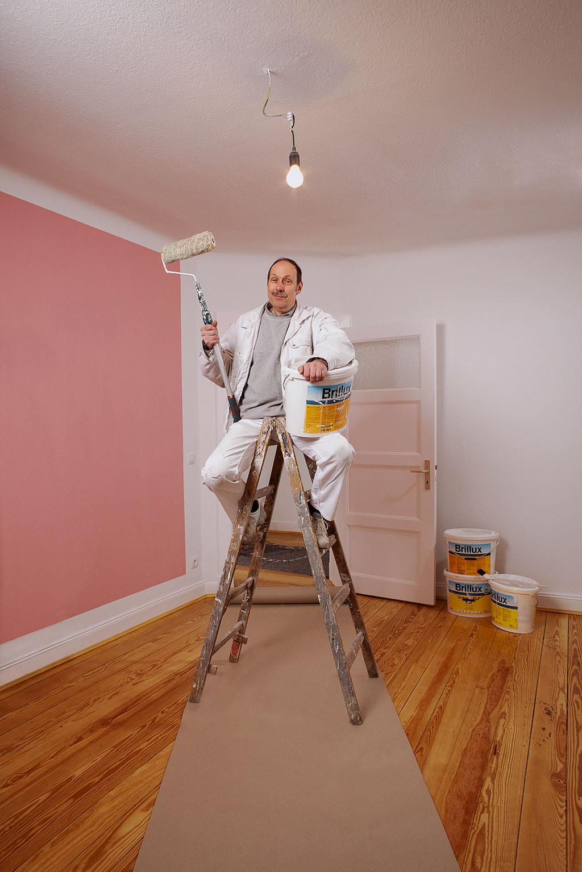 Handwerk Maler sitzt auf Leiter © Hermann Jansen