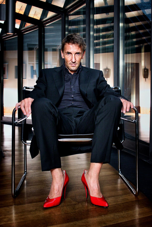 Marc Keller Schauspieler in roten Pumps © Hermann Jansen