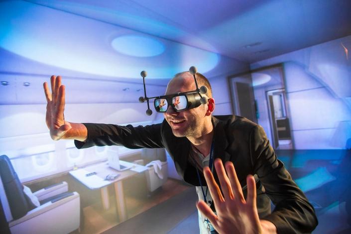 Virtual Reality Cave Präsentation Flugzeuginterieur mittels VR © Hermann Jansen