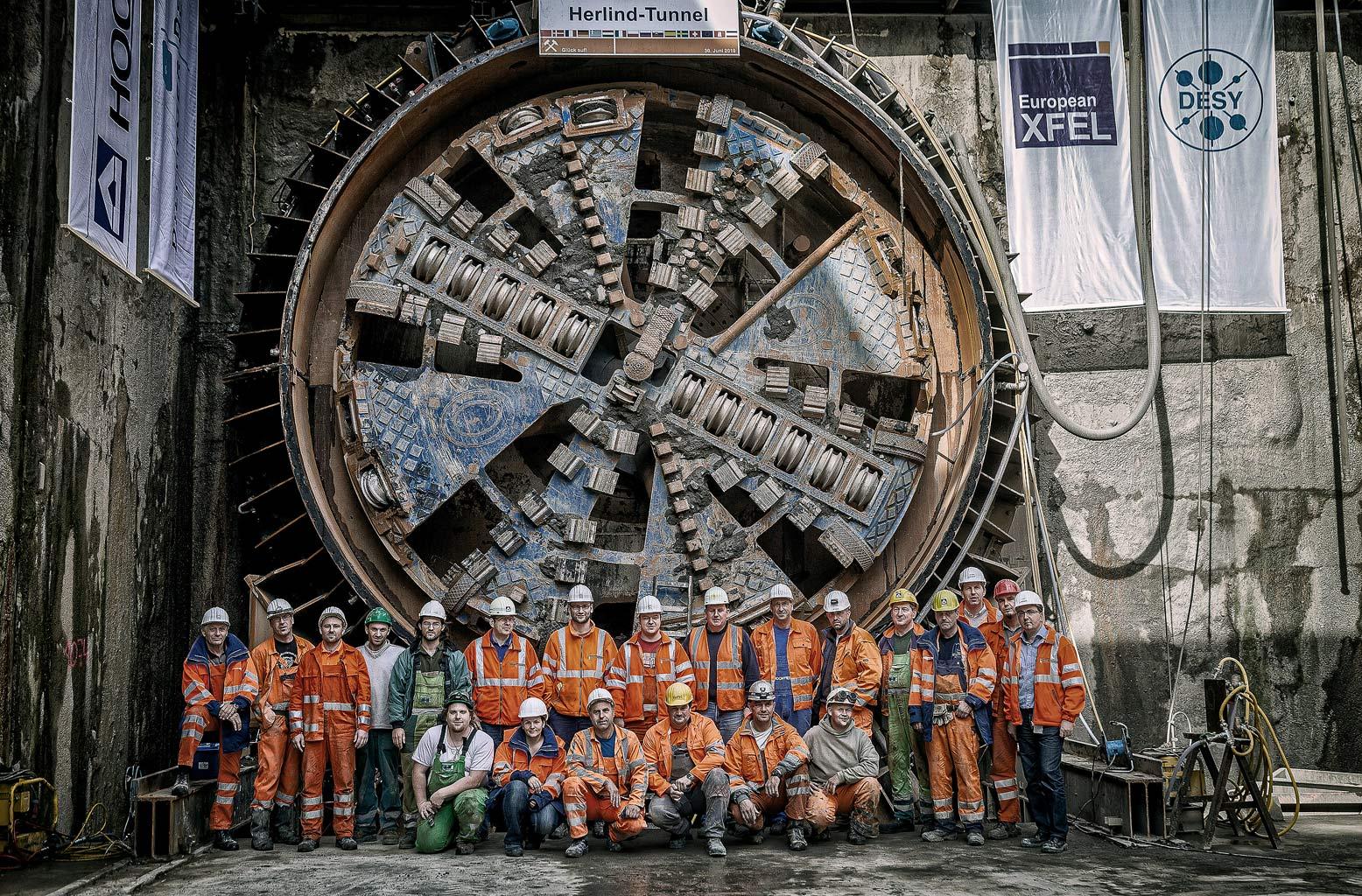 Gruppenbild Arbeiter vor Herlind Tunnel Bohrer XFEL © Hermann Jansen