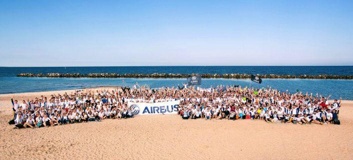 LZDM Gruppenfoto des gesamten Airbus Läuferteams am Strand von Damp Lauf zwischen den Meeren © Hermann Jansen