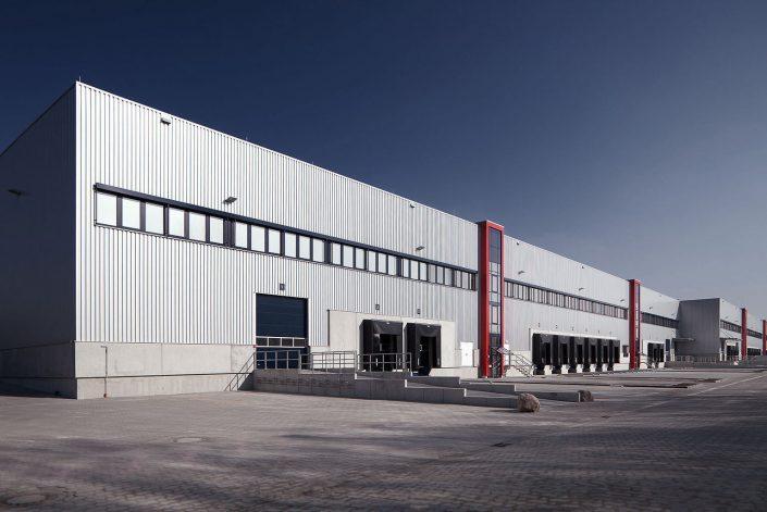 Logistik Halle mit Laderampen für LKW © Hermann Jansen