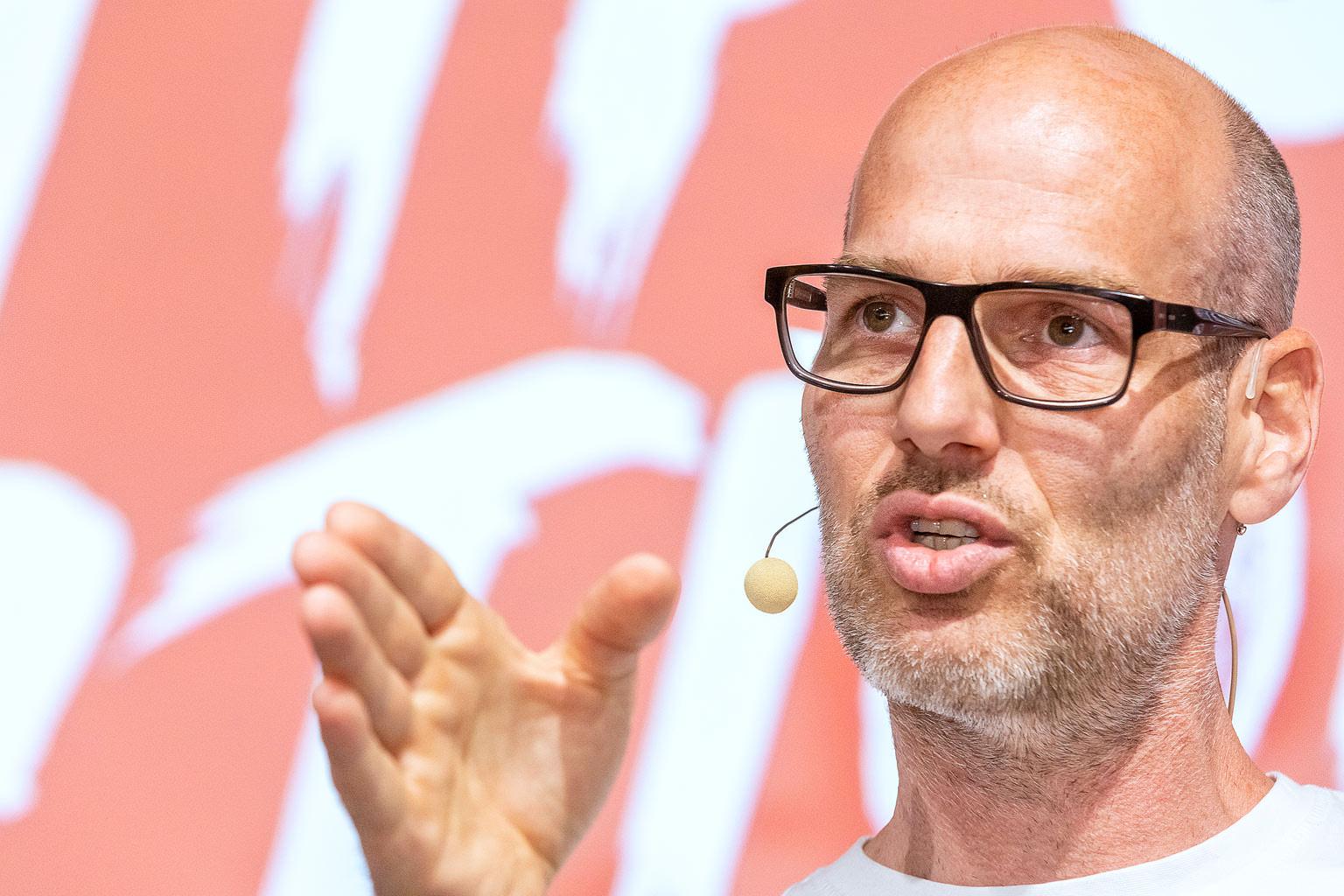 Moderator mit Headset Beispiel für Veranstaltungsfotografie© Hermann Jansen