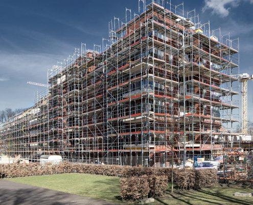 Titelfoto Geschaftsbericht Hamburger Wohnen Architekturfoto Neubau mit Gerüst © Hermann Jansen