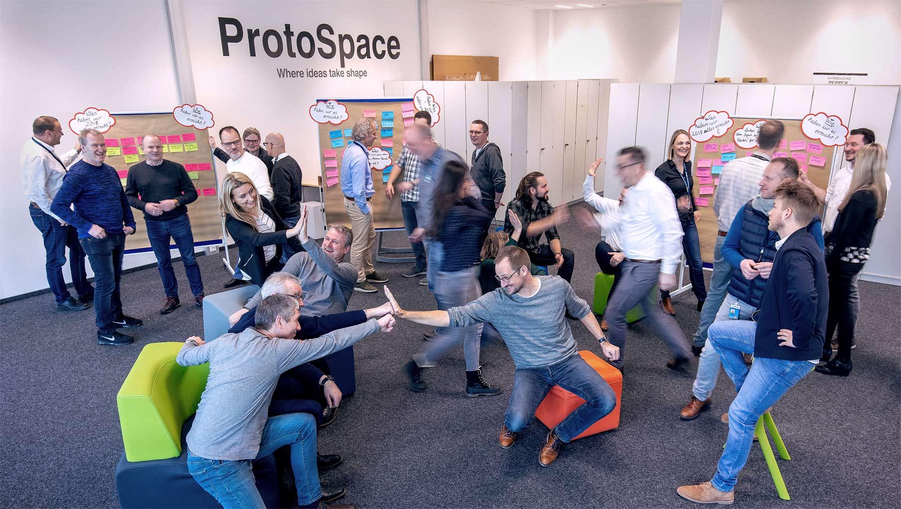 Interaktives Spiel zum Thema Teambuilding Teilnehmer bewegen sich durh den Raum und Gruppen finden sich © Hermann Jansen