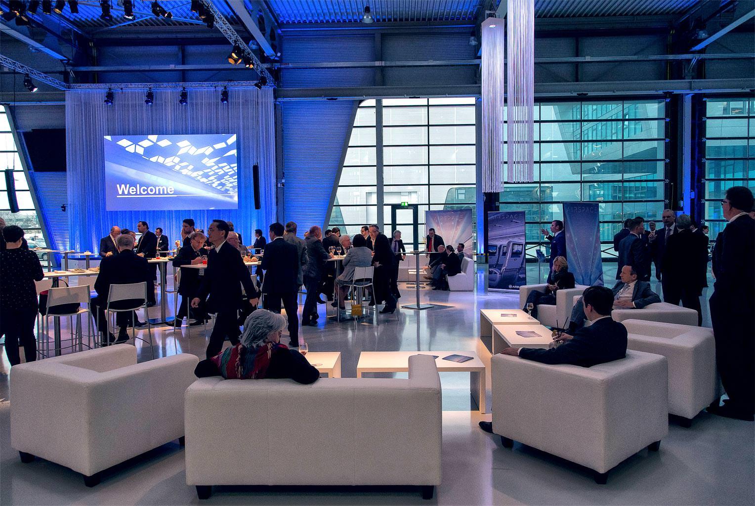 ZAL Hamburg Senatsempfang Übersicht über den Raum Meschen im Gespräch