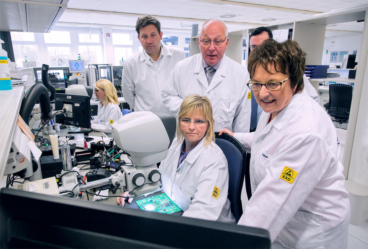 Zypries Klingbeil zu Besuch bei Airbus Besichtigung und Gespräche im Labor